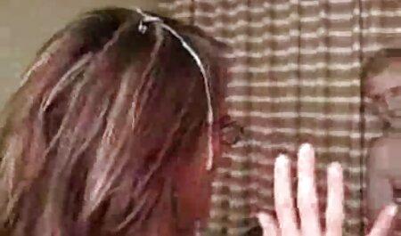 Un niño es fotografiado en videos porno caseros latinos la cámara mientras él es una joven con ropa blanca
