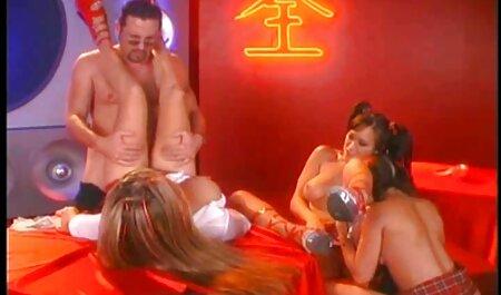 La pareja en la tienda porno casero en español latino sexo